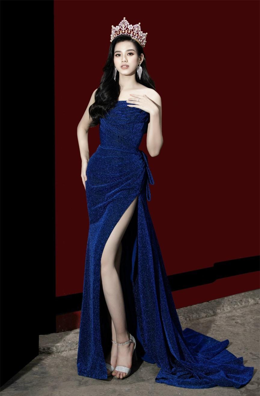 Hoa hậu Đỗ Thị Hà diện váy cúp ngực, xẻ cao khoe đôi chân 'cực phẩm' - ảnh 4