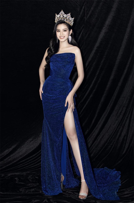 Hoa hậu Đỗ Thị Hà diện váy cúp ngực, xẻ cao khoe đôi chân 'cực phẩm' - ảnh 5