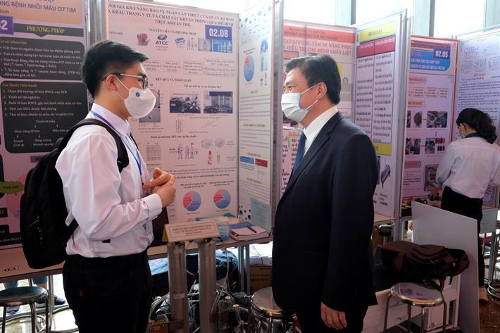 Thứ trưởng Nguyễn Hữu Độ tham quan các gian trưng bày và trò chuyện với học sinh tại cuộc thi.