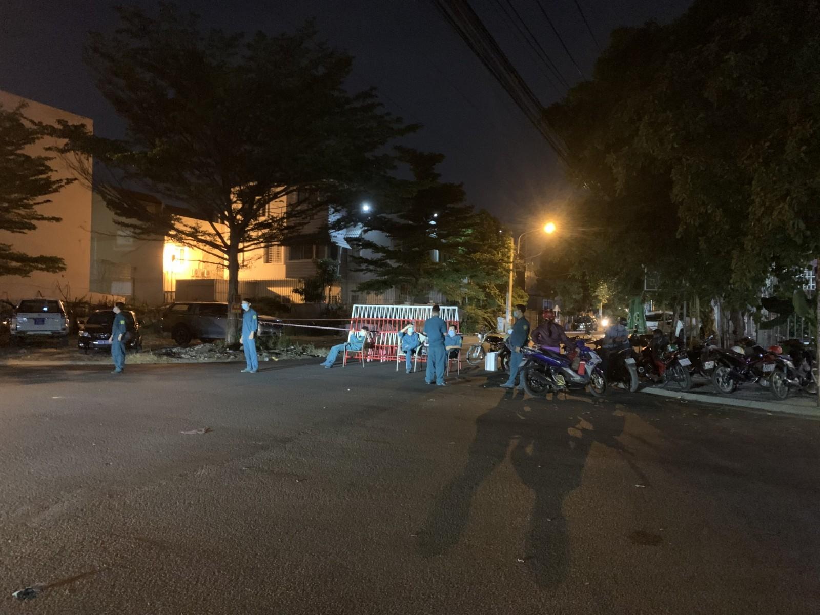 Lực lượng chức năng tỉnh Bình Dương lập chốt, phong tỏa hàng chục hộ dân sinh sống trên đường D35, Khu dân cư Việt Sing. (Ảnh: Báo Bình Dương)