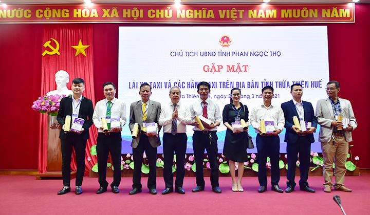 Chủ tịch UBND tỉnh Thừa Thiên Huế Phan Ngọc Thọ tặng quà cho các doanh nghiệp taxi trên địa bàn tỉnh.