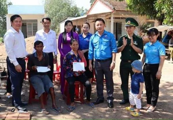 Tỉnh Đoàn - Hội LHTN Việt Nam tỉnh Bình Phước thăm, tặng quà gia đình chính sách khu vực biên giới.