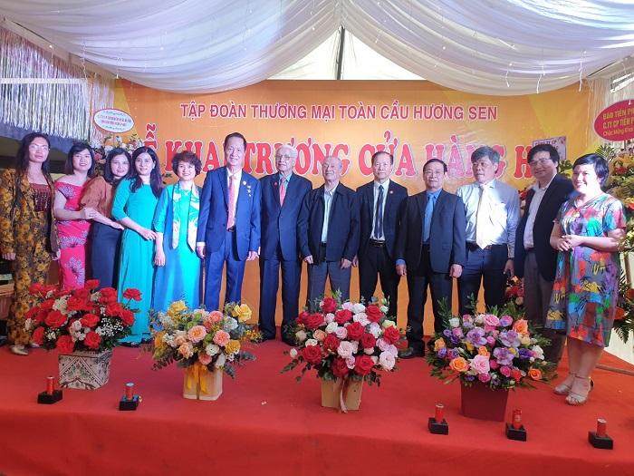 Các đại biểu, khách quý, cùng với các doanh nhân là đối tác của HS Shop cùng lên chụp ảnh lưu niệm.