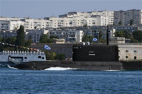 NATO bat luc truoc tau ngam Nga tren bien Dia Trung Hai