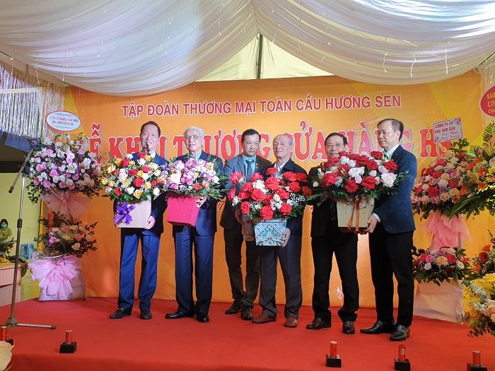 Các đại biểu lên nhận hoa lưu niệm từ Ban tổ chức.