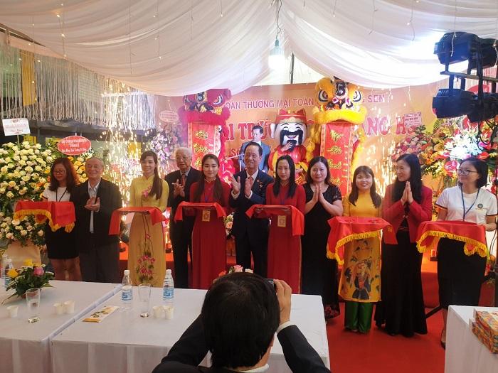 Đại diện Tập đoàn Hương Sen và các đại biểu lên cắt băng khánh thành khai trương cửa hàng HS Shop đầu tiên tại Đông Anh.