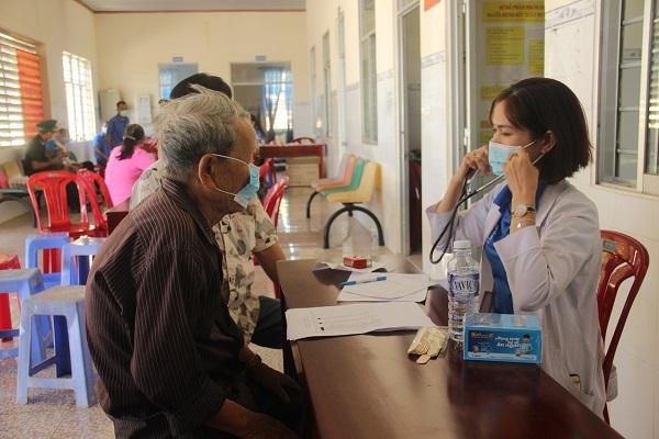 Khám bệnh và cấp thuốc miễn phí, trao quà cho người dân có hoàn cảnh khó khăn tại huyện biên giới Lộc Ninh.