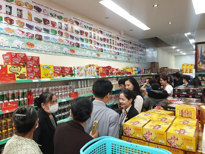 Rất đông khách mời đã đến tham dự lễ khai trương và mua sắm tại HS Shop.