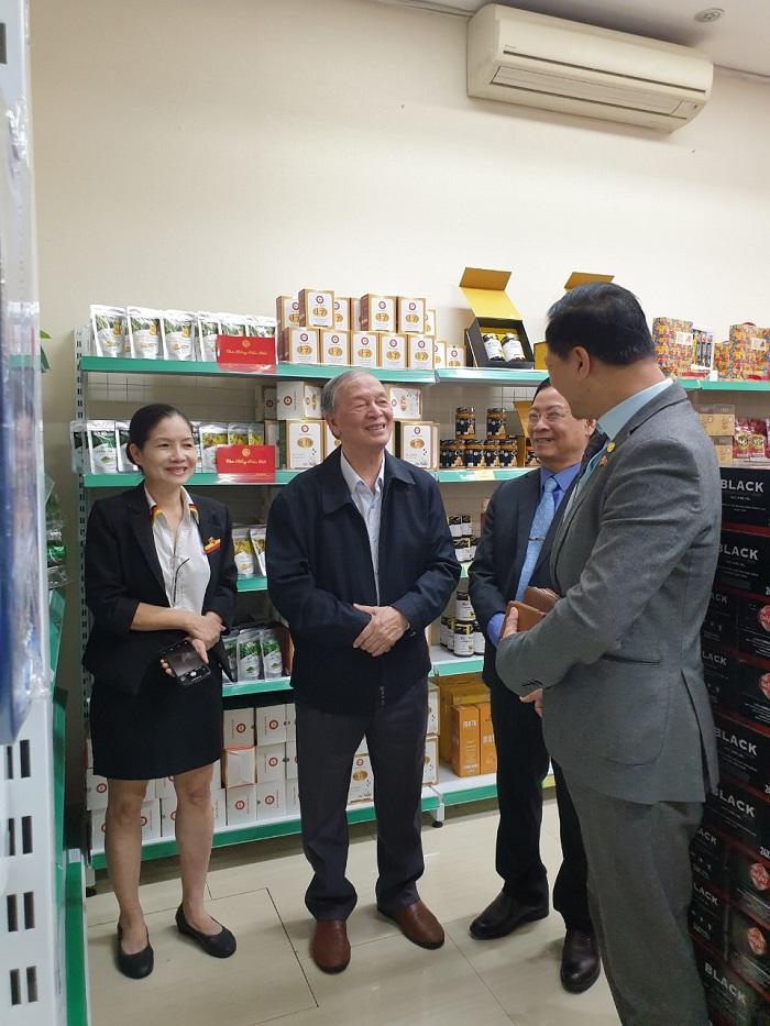 Ông Vũ Vĩnh Phú cùng các khách mời đi thăm quan các sản phẩm tại HS Shop.
