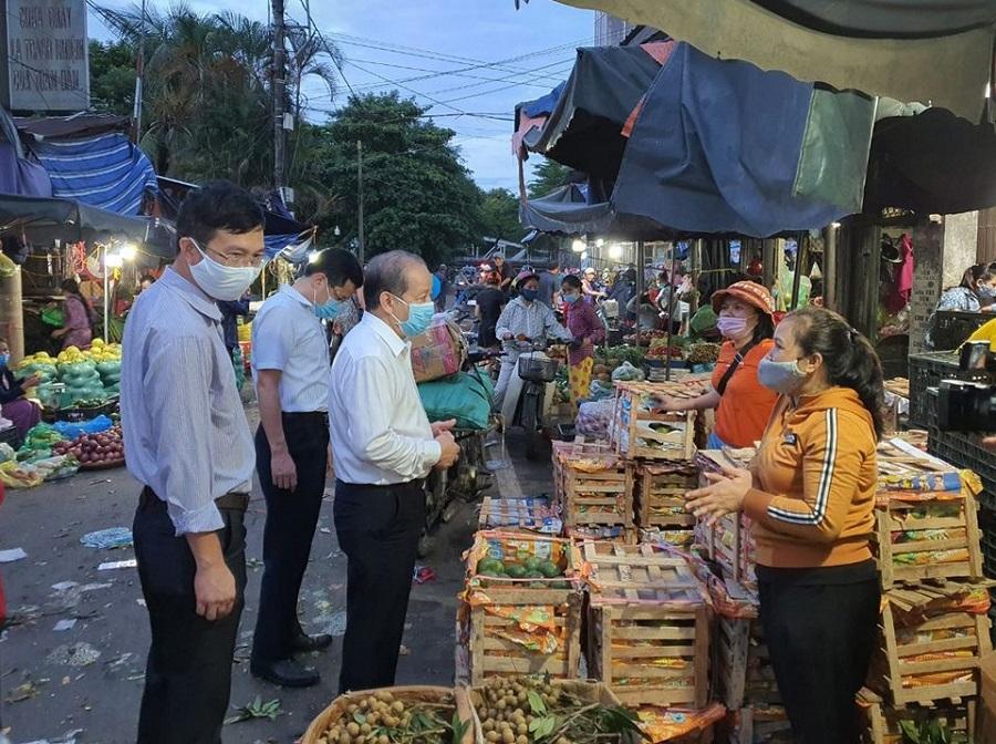 """Chủ tịch UBND tỉnh Thừa Thiên Huế Phan Ngọc Thọ mong muốn mỗi tiểu thương là một """"Bông hoa đẹp"""" trong mắt du khách đến tham quan, mua sắm tại chợ."""