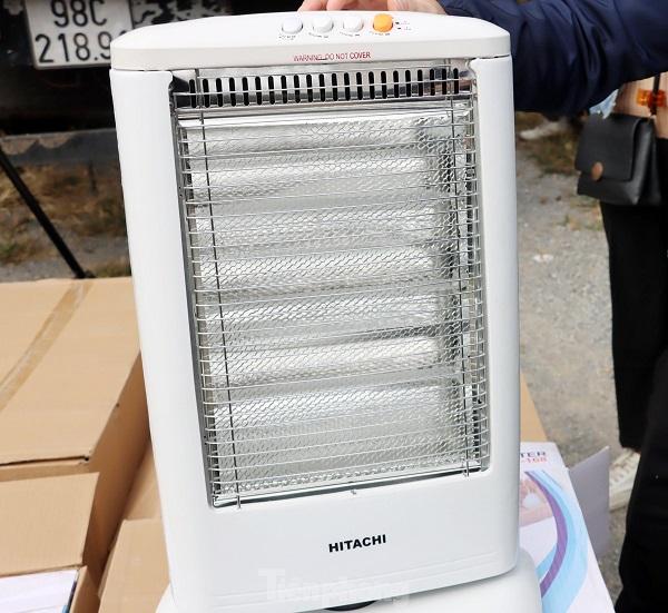 Hơn 8.445 chiếc đèn sưởi ấm, nhãn hiệu HITACHI nghi vấn vi phạm sở hữu trí tuệ bị Hải quan phát hiện tại ICD Mỹ Đình.
