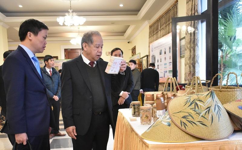 Chủ tịch UBND tỉnh Thừa Thiên Huế Phan Ngọc Thọ tham khảo sản phẩm của các dự án khởi nghiệp.