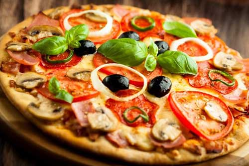Pizza được nhiều người lựa chọn khi ăn đêm, nhưng do giàu chất béo, nó có thể gây rối loạn tiêu hóa, ảnh hưởng dạ dày. Ảnh: Womenshealthmag.