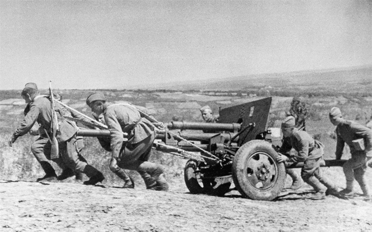 Chiến sĩ Hồng quân Liên Xô kéo pháo trong Thế chiến 2. Ảnh: Sputnik.