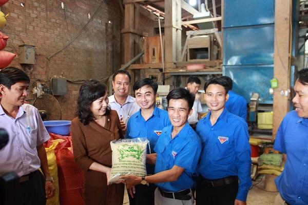 Phó Bí thư Thường trực Tỉnh ủy Huỳnh Thị Hằng (áo nâu) và Bí thư Tỉnh Đoàn Trần Quốc Duy (thứ 4, từ trái sang) đến thăm mô hình sản xuất gạo ruộng An Khương và động viên startup Nguyễn Văn Công.