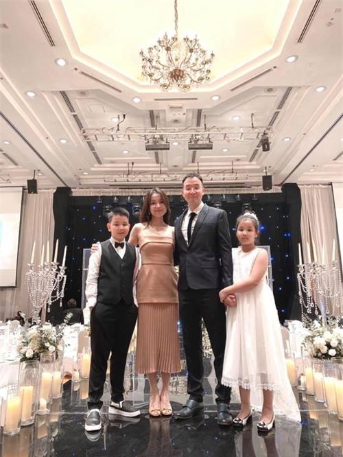 Hoa hậu Hoàn vũ Việt Nam đầu tiên, lấy chồng tiến sĩ giờ ra sao? - Ảnh 4.