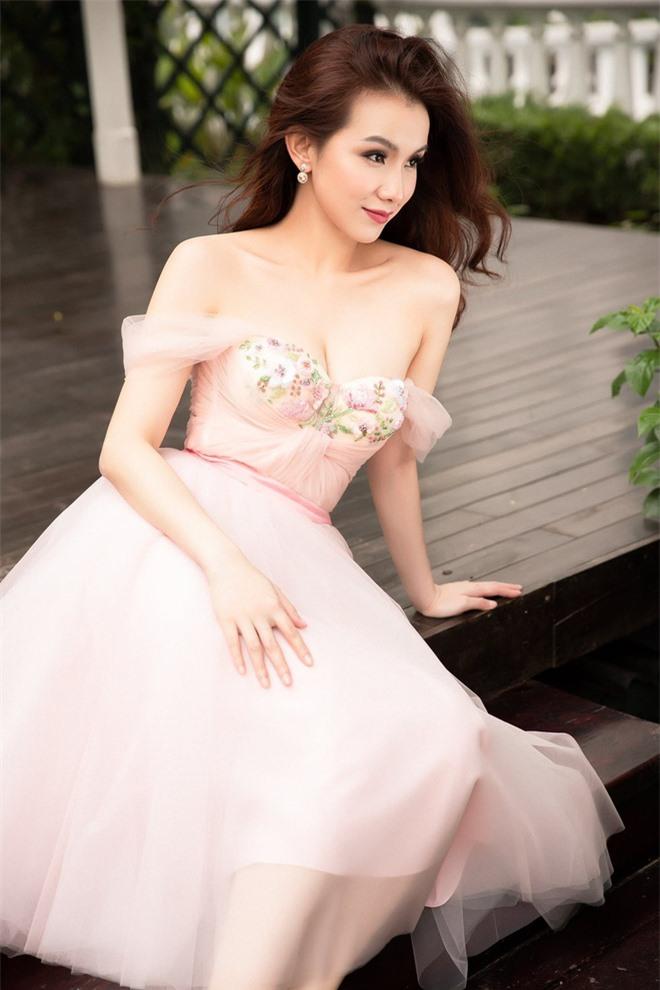 Hoa hậu Hoàn vũ Việt Nam đầu tiên, lấy chồng tiến sĩ giờ ra sao? - Ảnh 8.