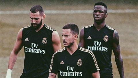 Mùa này, Benzema (trái) không nhận được nhiều hỗ trợ từ Vinicius và Hazard (giữa)