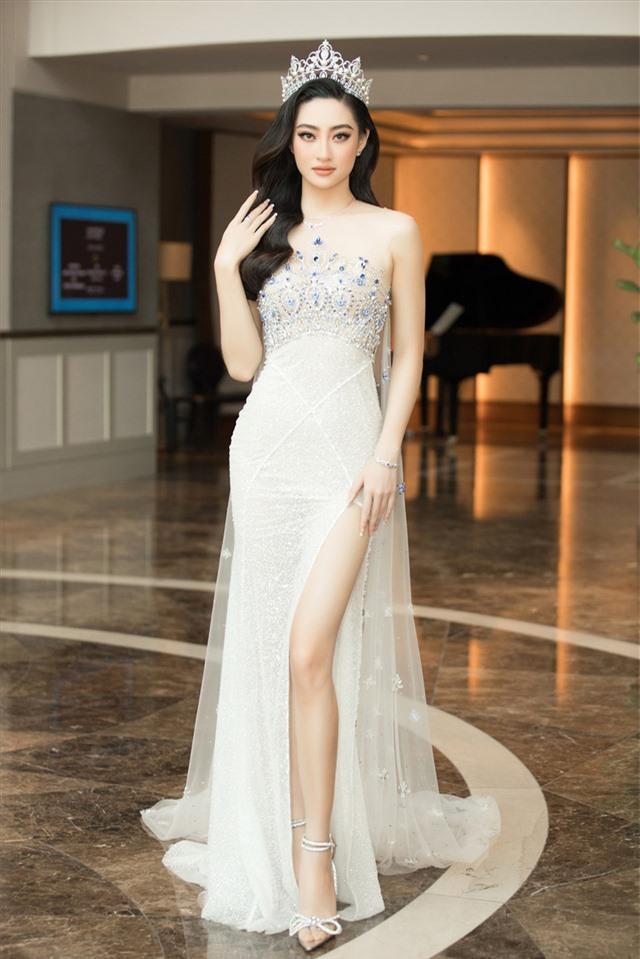 Tiểu Vy diện đồ cá tính xuống phố, Lương Thùy Linh xinh đẹp lộng lẫy tại sự kiện - Ảnh 2.
