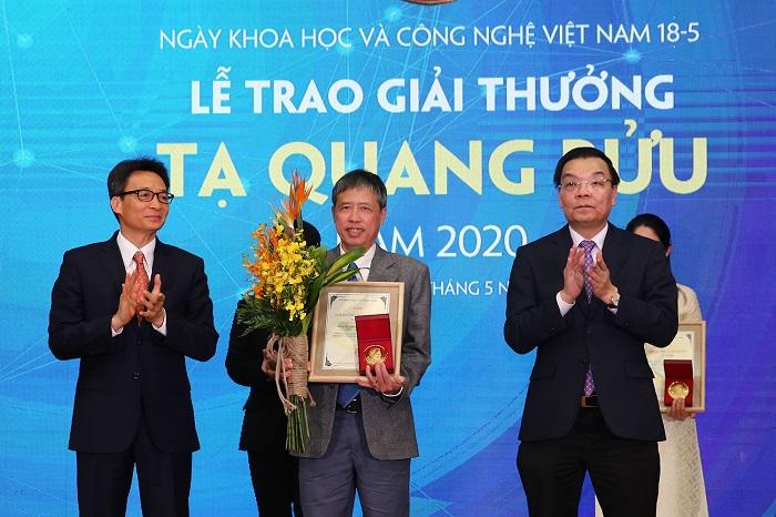 Phó Thủ tướng Vũ Đức Đam và Bộ trưởng Bộ Khoa học và Công nghệ Chu Ngọc Anh trao Giải thưởng Tạ Quang Bửu năm 2020 cho PGS.TS Phạm Tiến Sơn.