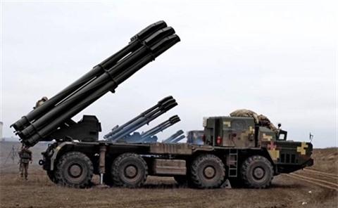Ukraine bat ngo dua BM-30 Smerch ap sat Crimea