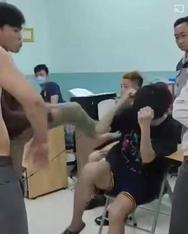 Thiếu niên bị người mặc đồ dân phòng đánh trong phòng giám thị.