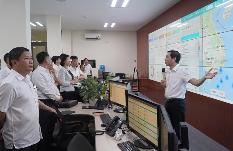 Đoàn công tác tỉnh Bình Phước và Quảng Nam tham quan, tìm hiểu tại Trung tâm Giám sát, điều hành đô thị thông minh tỉnh Thừa Thiên Huế.