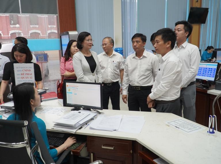 Đoàn công tác 2 tỉnh tham quan học tập kinh nghiệm tại tại Trung tâm Phục vụ hành chính công tỉnh Thừa Thiên Huế.