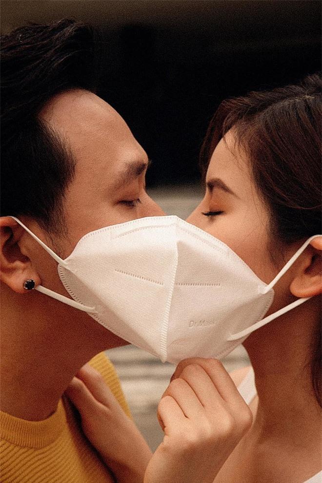 Anh Đức từng úp mở hình ảnh tình tứ bên bạn gái vào ngày Valentine.