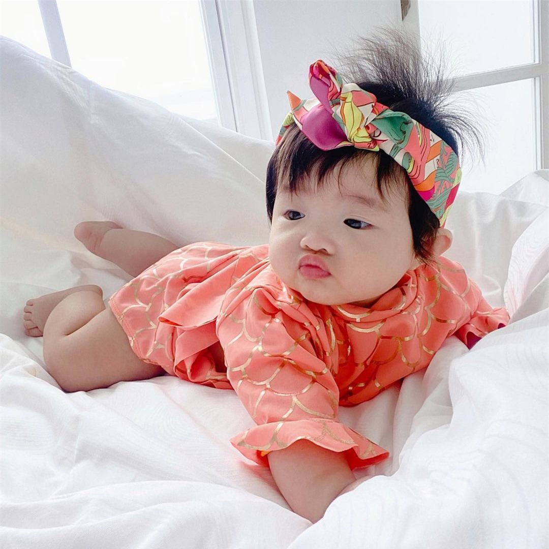 Con gái Đông Nhi được diện đồ hiệu nhưng lại có biểu cảm cực hài hước - Ảnh 2.