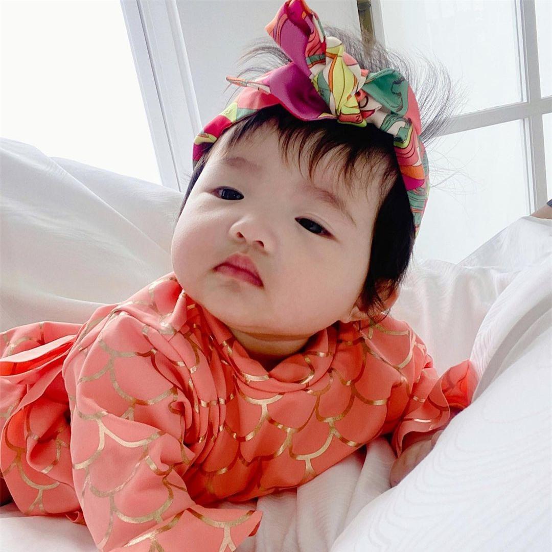 Con gái Đông Nhi được diện đồ hiệu nhưng lại có biểu cảm cực hài hước - Ảnh 3.