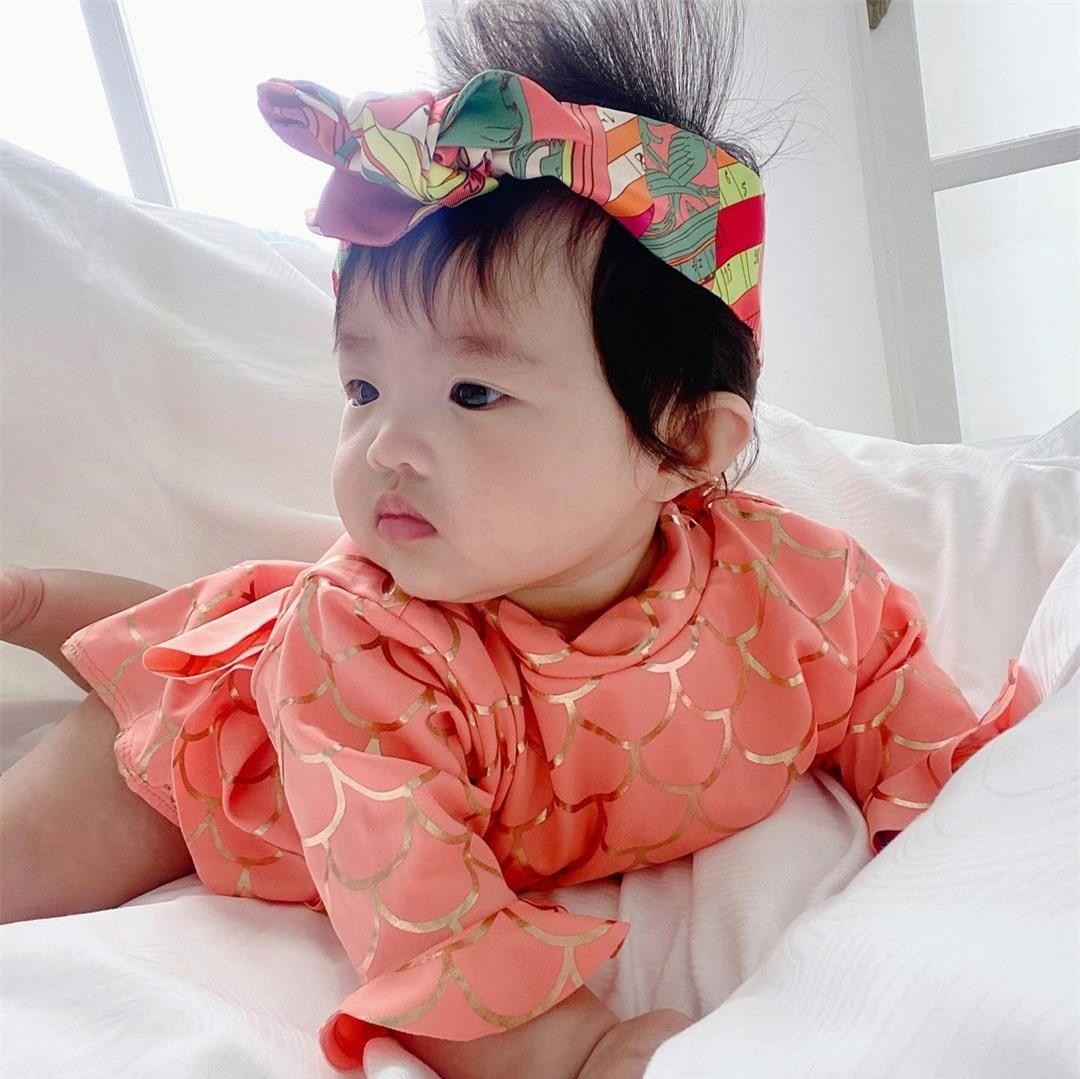 Con gái Đông Nhi được diện đồ hiệu nhưng lại có biểu cảm cực hài hước - Ảnh 4.