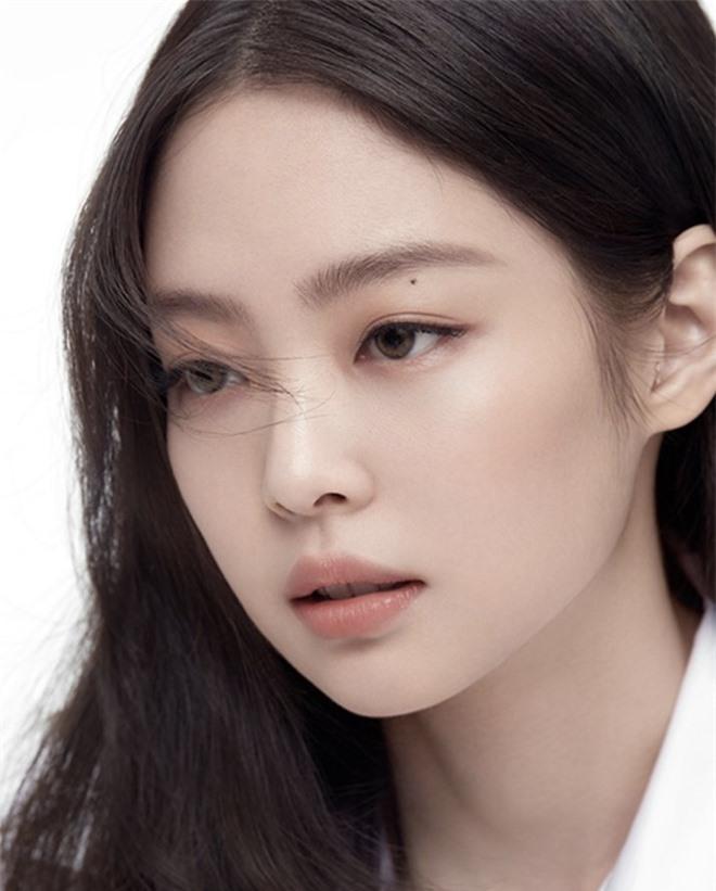 Jennie (BLACKPINK) diện sơ mi trắng mà cũng đẳng cấp thế này: Sang chảnh hóa vạn vật là có thật, đúng là lụa đẹp vì người - Ảnh 2.