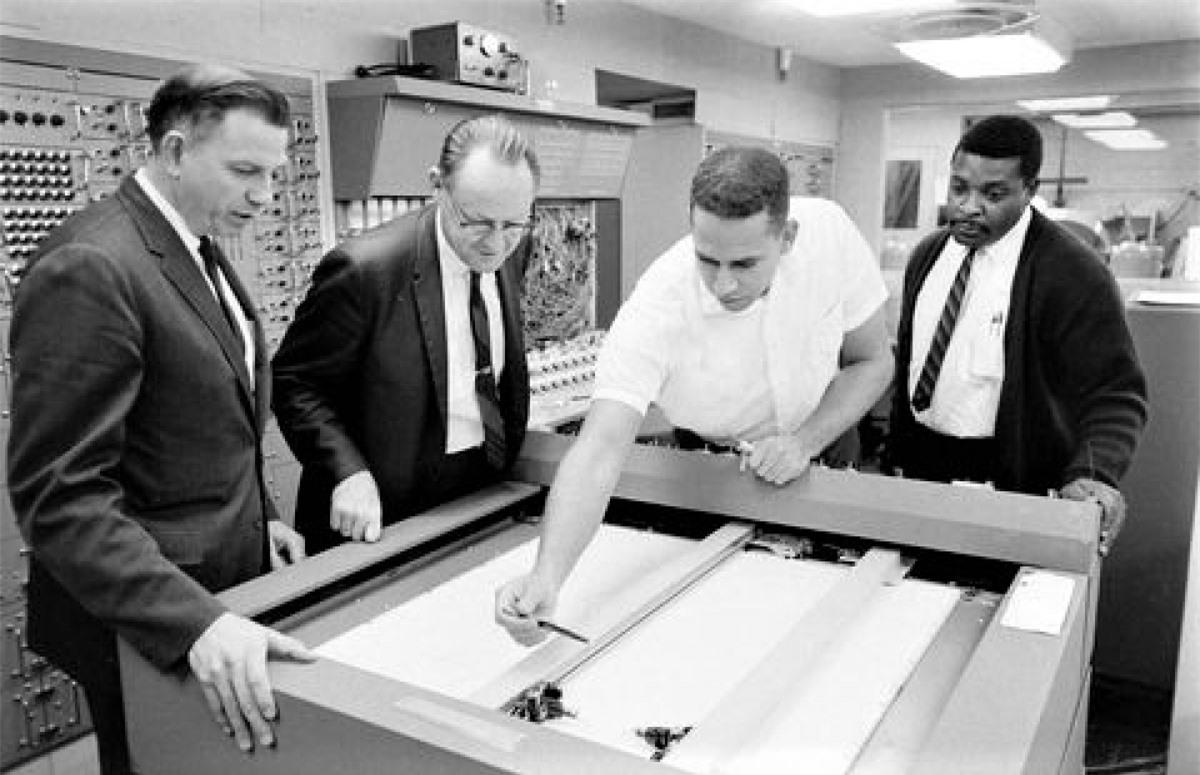 Nhà vật lý William B. McLean (thứ hai từ trái sang) và các cộng sự; Nguồn: PM
