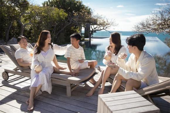 Ba con của Hoa hậu Thu Hoài rất ủng hộ chuyện tình cảm của mẹ.