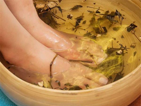 Dùng nước ấm giúp giảm đau xương khớp hiệu quả