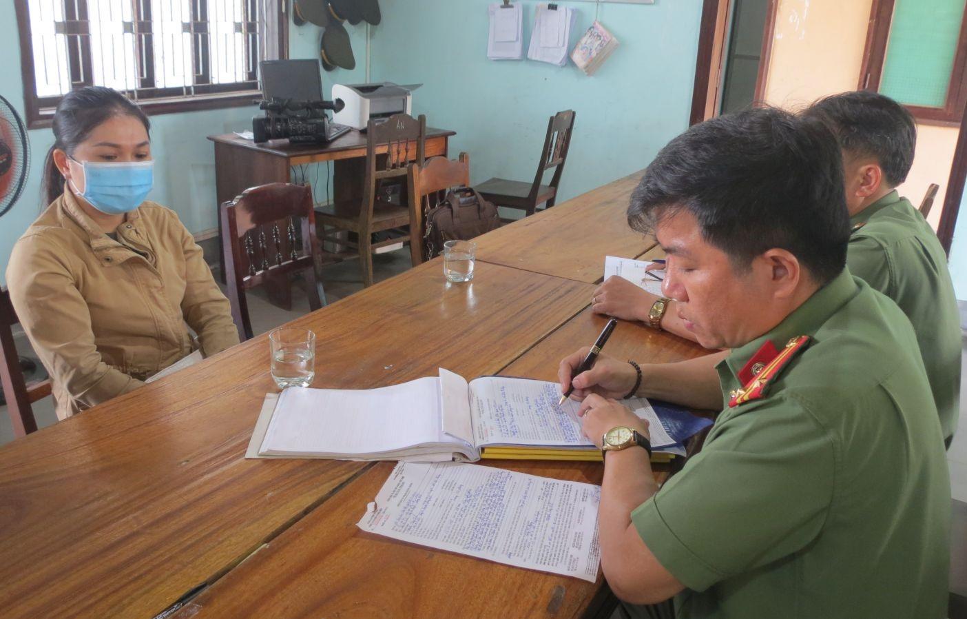 Công an huyện Phong Điền làm việc với bà Phương. (Ảnh: Công an cung cấp)