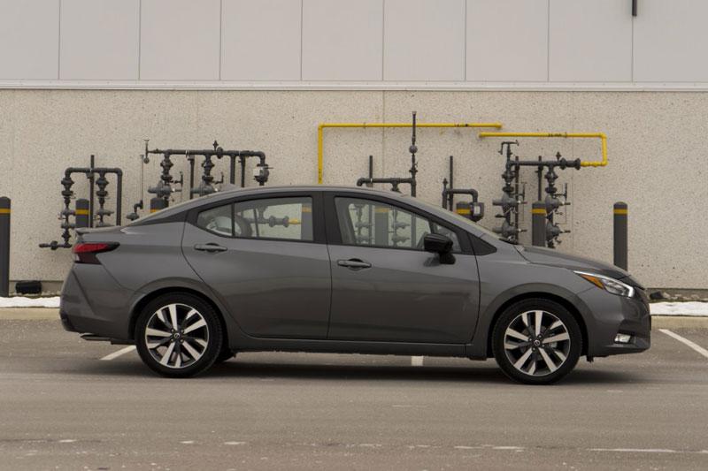 6. Nissan Versa 2021 (giá khởi điểm: 14.930 USD).