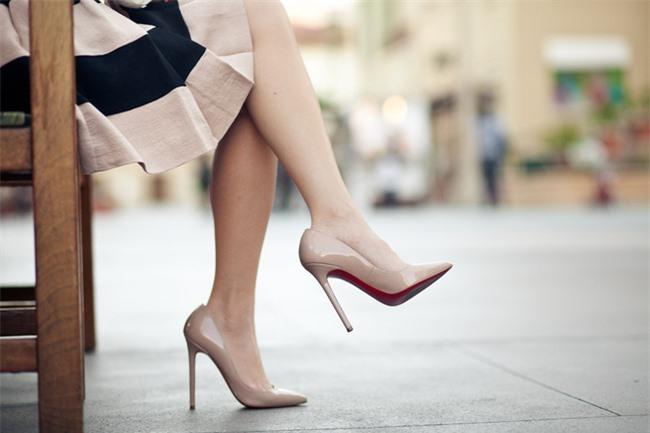 Giày cao gót gây hại cho sống lưng