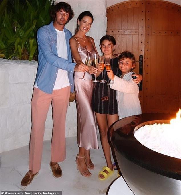 Alessandra Ambrosio khoe đường cong 'bỏng rẫy' với bikini trước thềm 40 tuổi ảnh 7