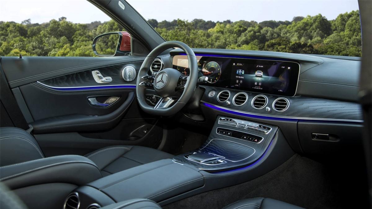 Khách hàng có thể lựa chọn E 300 mới với 4 màu ngoại thất bao gồm: Trắng Polar, Đen Obsidian, Đỏ Hyacinth và Xanh Cavansite, cùng với 2 gam màu nội thất là Đen và Nâu Saddle./.