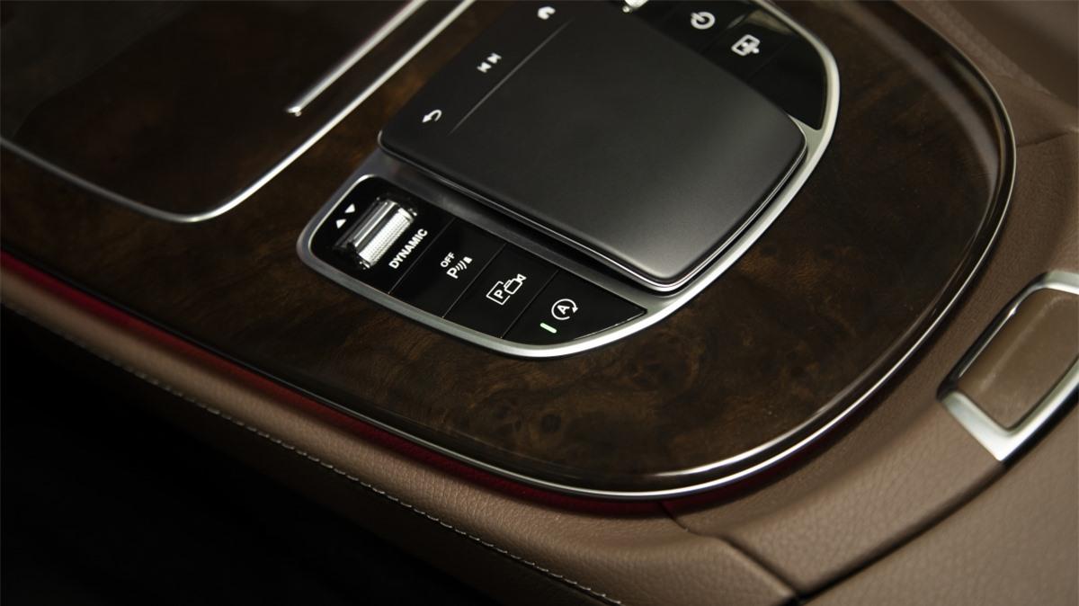 """Xe được trang bị năm chế độ lái bao gồm: Comfort, ECO, Sport, Sport+ và Individual. Người lái còn có thể thiết lập chế độ """"ESP Sport"""" để giảm sự can thiệp giới hạn trượt của xe. Phiên bản E 300 AMG với hệ thống treo hạ thấp 15mm ở chế độ """"Sport"""" và """"Sport+""""."""