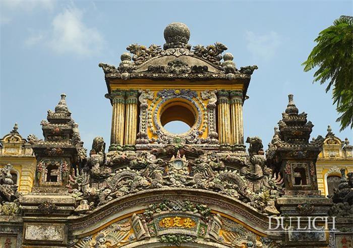 Cổng chính được làm theo lối tam quan, hai tầng, trang trí bằng sành sứ đắp nổi rất công phu