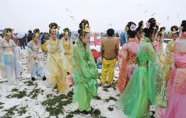 Diễn viên quần chúng bị dẫm đạp và thực tế tàn khốc ở phim trường Trung Quốc - Ảnh 3.