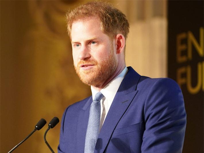 Harry đang khiến nhân viên cung điện khiếp sợ, Meghan tiết lộ tham vọng lớn nhất, hoàng gia Anh chỉ là