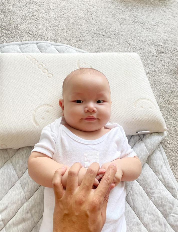 Kim Lý thích thú trước nụ cười của con trai Leon và còn nhận xét giống một người  - Ảnh 1.