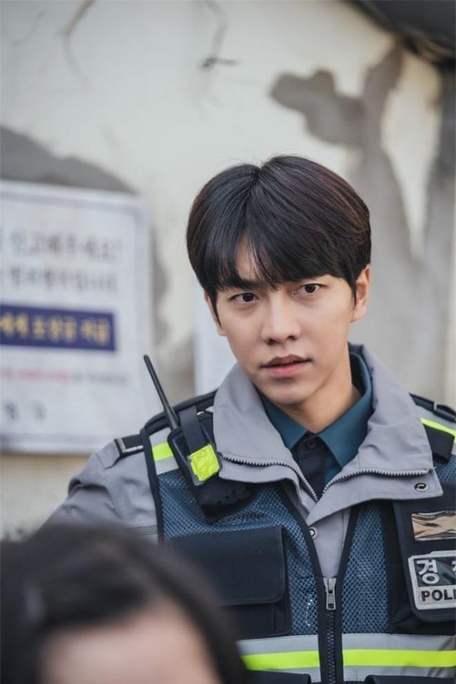 Lee Seung Gi từ anh cảnh sát thật thà hóa kẻ săn người điên loạn trong poster mới của Mouse - Ảnh 3.