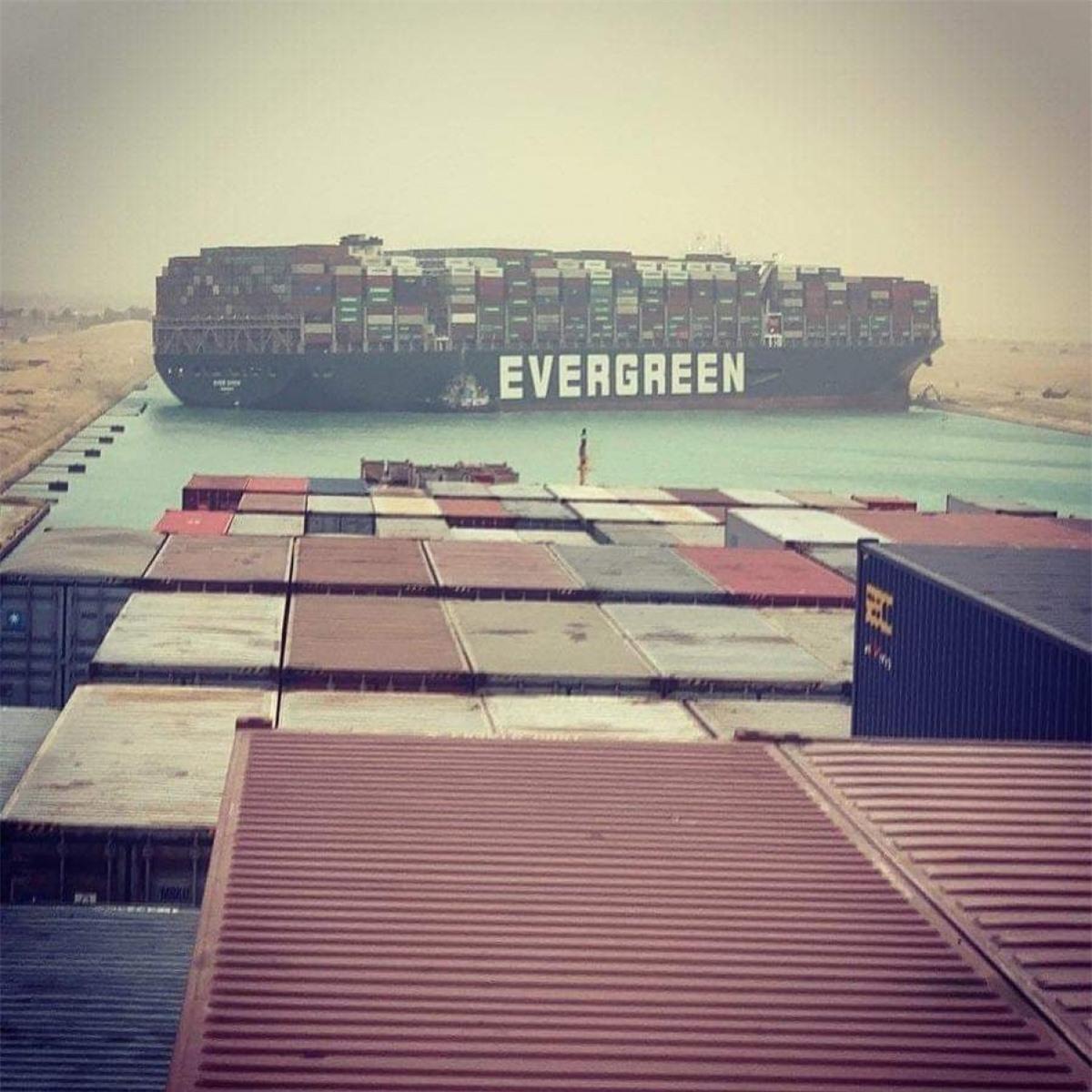 Tàu Ever Given mắc kẹt, chắn ngang kênh đào Suez. Ảnh: Instagram fallenhearts17