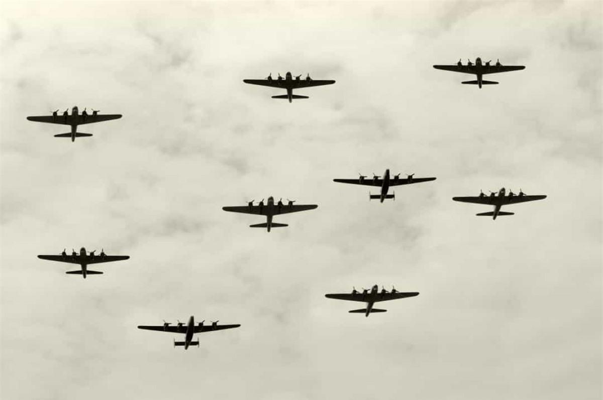 Trung sĩ Nicholas Alkemade, pháo thủ trên máy bay ném bom Avro Lancaster của Không quân Hoàng gia Anh, đã sống sót sau khi rơi từ độ cao khoảng 5.000 mét mà không có dù và chỉ bị thương ở chân.