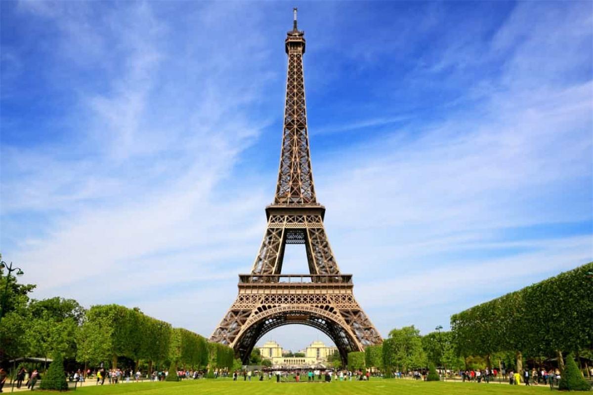 Khi Hitler thăm Paris trong Thế chiến II, người Pháp đã ngắt thang máy của Tháp Eiffel để gây bất tiện cho chuyến thăm này.